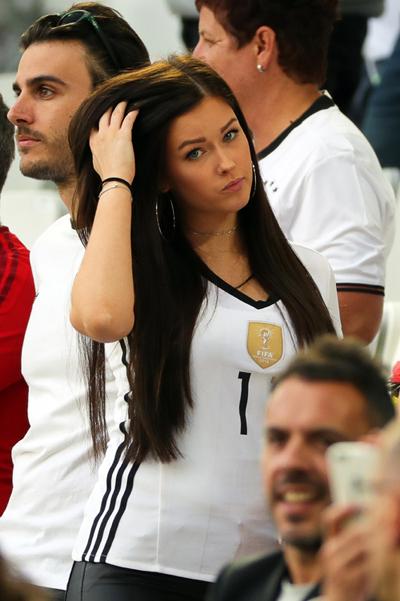 Tense moments for Draxler girl