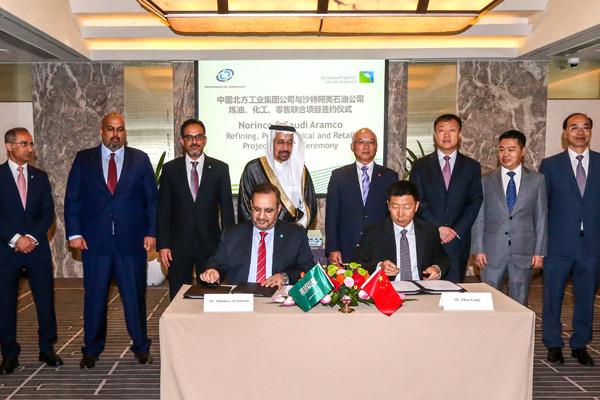 Abdulaziz M Al-Judaimi and Zhao Gang sign the agreement in<br> the presence Khalid Al-Falih Yin Jiaxu.