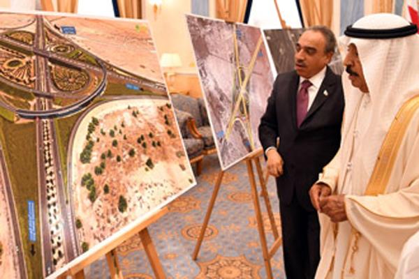 HRH Premier gets briefing on new bridge project.Image/BNA