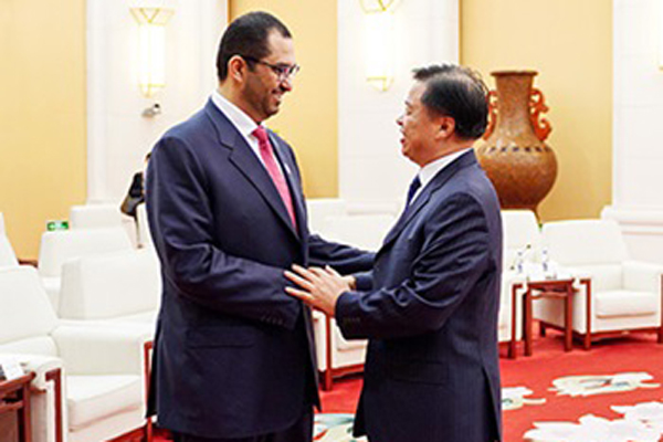 Dr Sultan Ahmed Al Jaber with a Chinese official