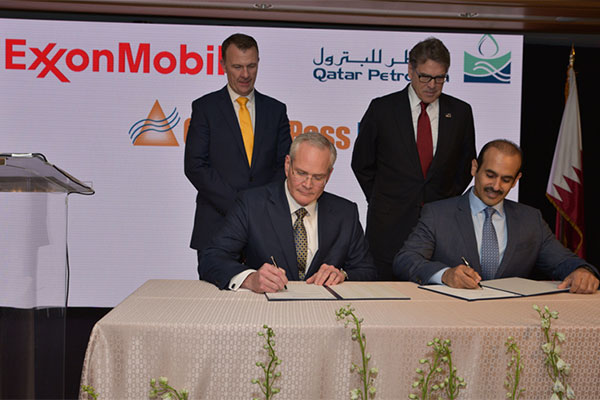 Darren Woods and Saad Sherida Al-Kaabi, Minister of State for<br>Energy Affairs, Qatar Petroleum president and CEO<br>sign the agreement