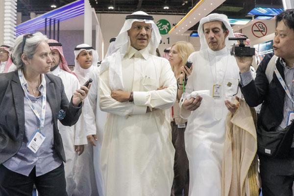Prince Abdulaziz visiting the Saudi pavilion.