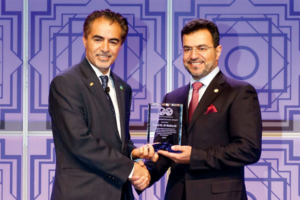 Saeed M. Al-Mubarak (R) accepts the SPE Distinguished<br>Service Award from Sami A Alnuaim