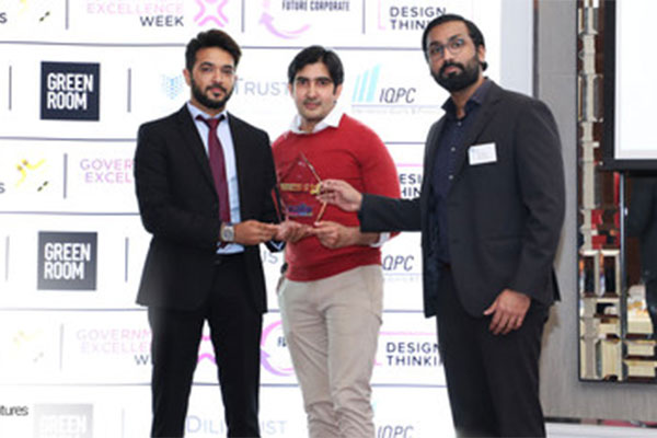 Receiving the Best Digital Customer Center award<be>at the Government Excellence Awards 2019